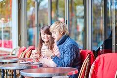 在一个巴黎人咖啡馆的约会夫妇饮用的咖啡 库存照片