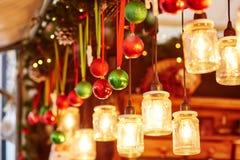 在一个巴黎人圣诞节市场上的五颜六色的圣诞节装饰 库存图片