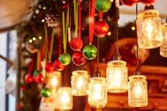 在一个巴黎人圣诞节市场上的五颜六色的圣诞节装饰 免版税库存照片