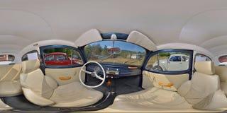在一个经典车展的经典蓝色VW甲虫内部 库存图片