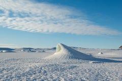 在一个冻冰河湖的蓝色冰山金字塔Skaftafellsjokull冰川的,冬天冰岛 免版税库存图片