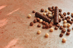 在一个织地不很细棕色表面变色蜥蜴的巧克力块 免版税库存图片