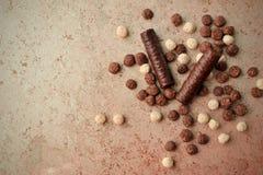 在一个织地不很细表面变色蜥蜴的巧克力块 免版税库存图片