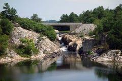 在一个水坝的瀑布在北安大略 库存图片
