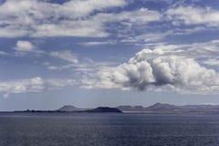 在一个晴天加那利群岛如被看见从兰萨罗特岛 库存照片