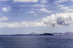在一个晴天加那利群岛如被看见从兰萨罗特岛 免版税库存图片