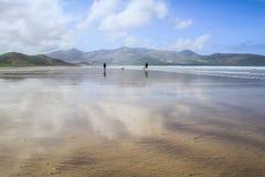 在一个晴天期间,幽谷海湾,凯里郡,爱尔兰 免版税库存照片
