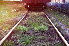在一个晴天的铁路轨道关闭 库存图片