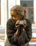 在一个贪婪的老妇人的图象的街道女演员生存雕象从著名小说的由费奥多尔杜思妥也夫斯基, `罪行和处罚` 库存图片