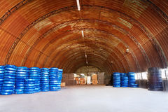 在一个仓库围场堆积的Pvc塑料管子为运输使用建造场所的配管或污水设施,被包装 库存图片
