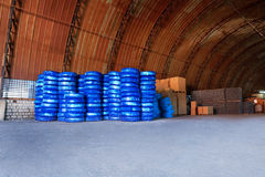 在一个仓库围场堆积的Pvc塑料管子为运输使用建造场所的配管或污水设施,被包装 免版税库存照片