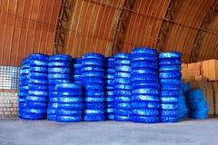 在一个仓库围场堆积的Pvc塑料管子为运输使用建造场所的配管或污水设施,被包装 免版税库存图片