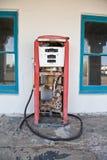 在一个离开的加油站的加油泵 库存照片