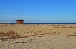 在一个离开的海滩的一个木小屋 免版税图库摄影