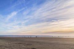 在一个离开的海滩的晴朗的日落在康沃尔郡英国团结了国王 库存图片