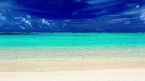 在一个离开的热带海滩,库克群岛的波浪 股票视频
