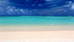 在一个离开的热带海滩, ROratonga的波浪 股票视频