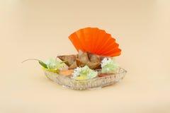 在一个水晶盛肉盘的装饰的samosa盘 库存照片