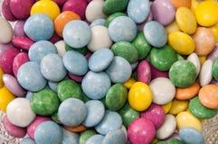 在一个水晶碗的五颜六色的巧克力糖作为背景 免版税库存照片