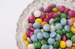在一个水晶碗的五颜六色的巧克力糖 图库摄影