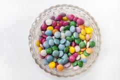 在一个水晶碗的五颜六色的巧克力糖 免版税库存图片