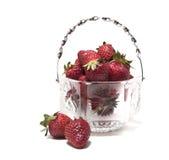 在一个水晶花瓶两的草莓它在花瓶旁边 库存照片