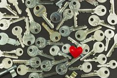 在一个黑暗的木板的银色钥匙 关键字的不同的类型 重点关键字 爱的符号 免版税库存照片