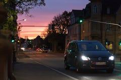 在一个10月秋天晚上大厦、被照亮的窗口和stre 免版税库存图片