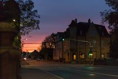 在一个10月秋天晚上大厦、被照亮的窗口和stre 库存照片