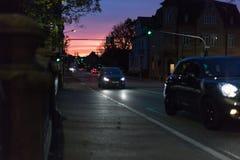 在一个10月秋天晚上大厦、被照亮的窗口和stre 免版税库存照片