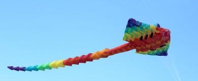 在一个晴朗的下午的黄貂鱼风筝 图库摄影