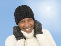 在一个晴朗的冬日期间,供以人员面对寒冷 图库摄影