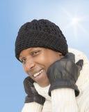 在一个晴朗的冬日期间,供以人员面对寒冷 免版税库存照片