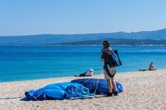 在一个晴朗的海滩上的Skydiving在亚得里亚海 免版税库存照片