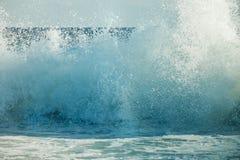在一个晴朗的海滩特写镜头的大波浪断裂 免版税库存图片