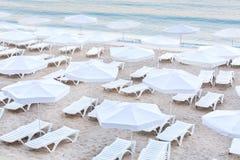 在一个晴朗的海滩的塑料轻便折叠躺椅在保加利亚 免版税库存照片
