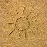 在一个晴朗的海滩的沙子得出的太阳在海附近 库存图片