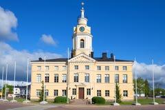 在一个晴朗的6月下午的老城镇厅大厦特写镜头 19座钟楼c教会芬兰hamina保罗・彼得st 库存照片