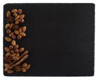 在一个黑板岩板的坚果混合 背景查出的白色 免版税图库摄影