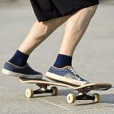 在一个滑板的特技在街道晴天 免版税库存图片