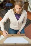 在一个画架的一个女孩油漆在艺术家的演播室 图库摄影