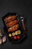 在一个黑格栅平底锅烤的鸡 水平的看法从上面 免版税图库摄影