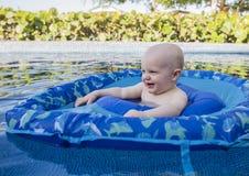 在一个水池的男婴戏剧在墨西哥 库存图片