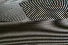 在一个水泥地板上的被刻凹痕的troweling的灰浆在准备 免版税图库摄影