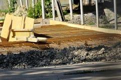 在一个水泥地板的钢筋栅格 免版税库存照片