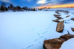 在一个冻湖的日落 库存照片