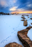 在一个冻湖的日落 库存图片