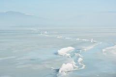 在一个冻湖的表面的巨大的裂缝 图库摄影