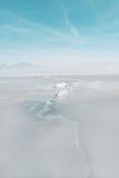 在一个冻湖的表面的巨大的裂缝 库存图片