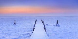 在一个冻湖的跳船在日出的荷兰 免版税库存图片
